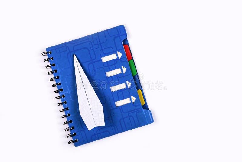 Концепция, мечта, достижение цели, новые идеи, бумажный самолет стоковая фотография