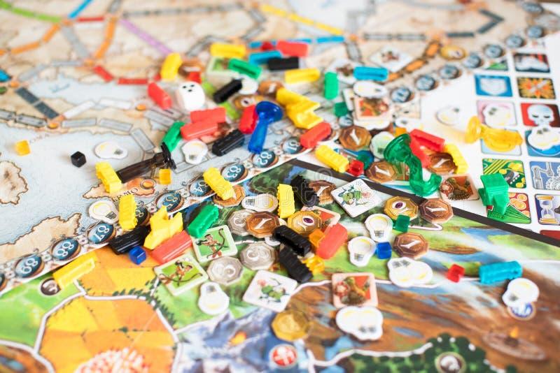 Концепция настольной игры - много диаграмм поля настольной игры, dices и чеканит стоковая фотография rf