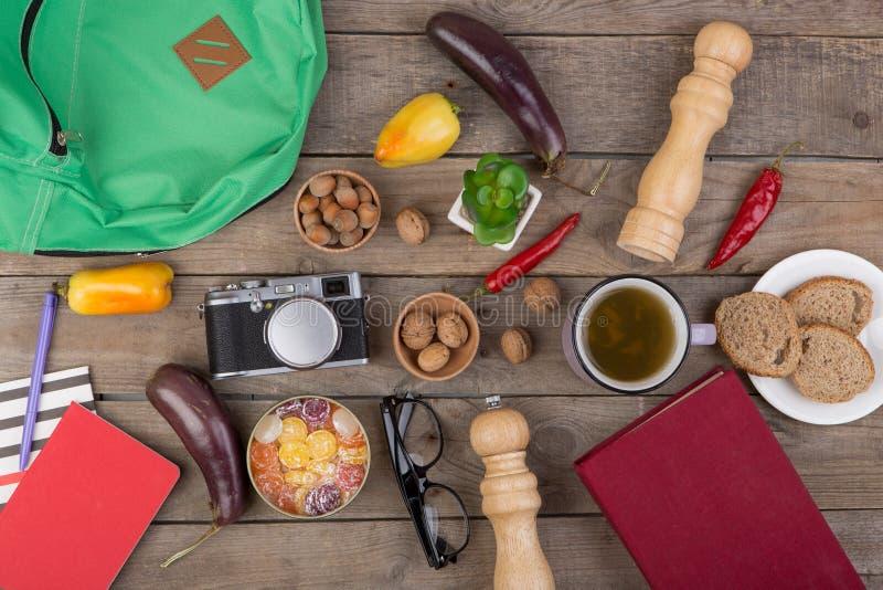 концепция перемещения - чашка чаю, камера, стекла, овощи, аксессуары кухни стоковые фото