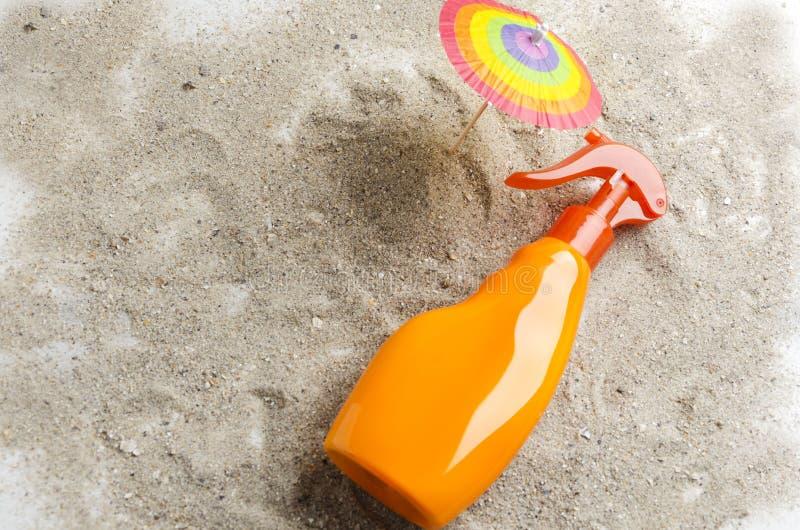 Концепция предохранения от кожи с солнцезащитным кремом во время загорать на пляже Светлое и теплое настроение стоковая фотография rf