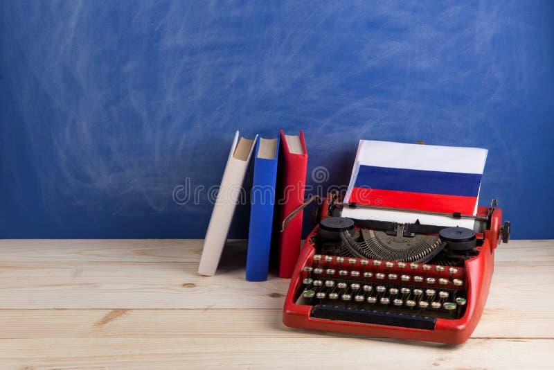 Концепция политических, новостей и образования - красная машинка, флаг России, книги на таблице стоковое изображение rf