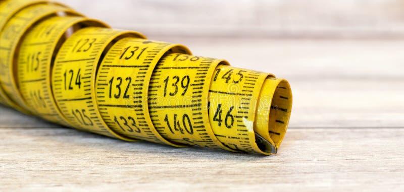 Концепция потери веса - старая рулетка знамени стоковые изображения