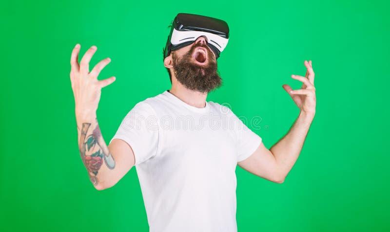 Концепция силы Битник на крича повышении стороны вручает мощно пока взаимодействующий в виртуальной реальности Человек с бородой  стоковая фотография