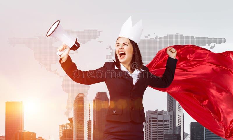 Концепция силы и успеха с супергероем коммерсантки в большом городе стоковое фото