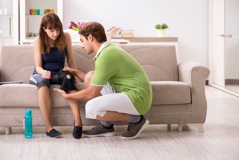 Концепция ушиба спорт колена стоковая фотография