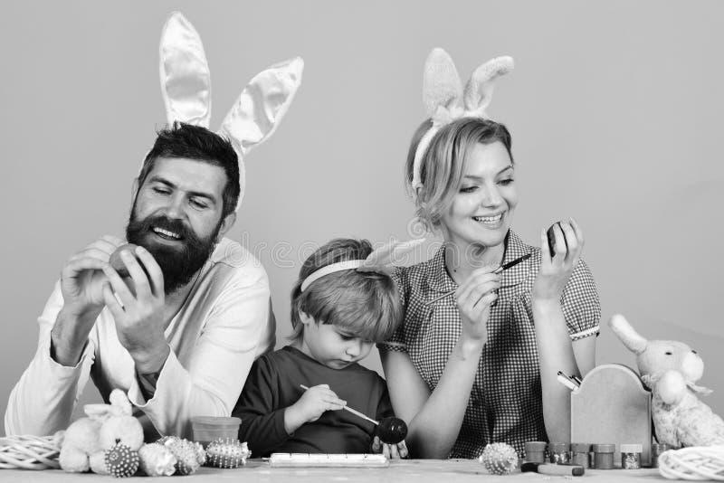 Концепция торжества пасхи Человек с бородой, женщина и ребенк стоковые изображения rf