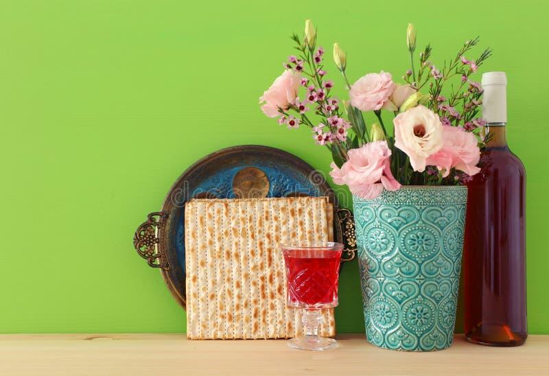 Концепция торжества Pesah & x28; еврейское holiday& x29 еврейской пасхи; над деревянным столом стоковое изображение