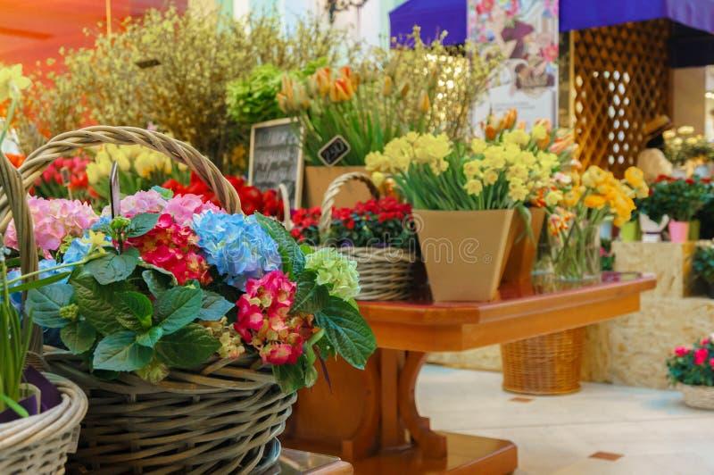Концепция цветочного магазина Букет конца-вверх красивый симпатичный смешанных цветков на деревянном столе Цветет состав Аннотаци стоковое фото rf