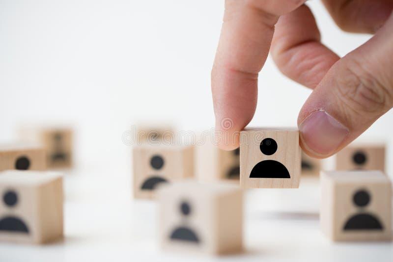 Концепция рекрутства работы используя блок куба людей значка деревянный стоковое изображение