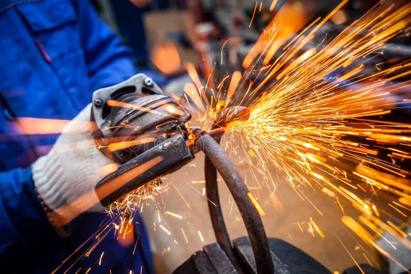 Концепция ремонта автомобиля и ремонтной мастерской автомобиля стоковые изображения