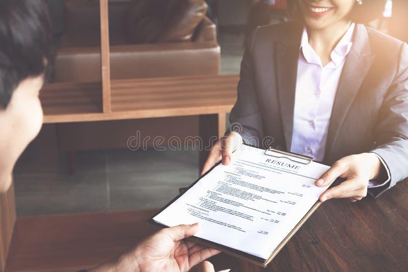 Концепция собеседования для приема на работу Бизнесмен спрашивая и слушать ответы выбранного во время интервью стоковые фотографии rf