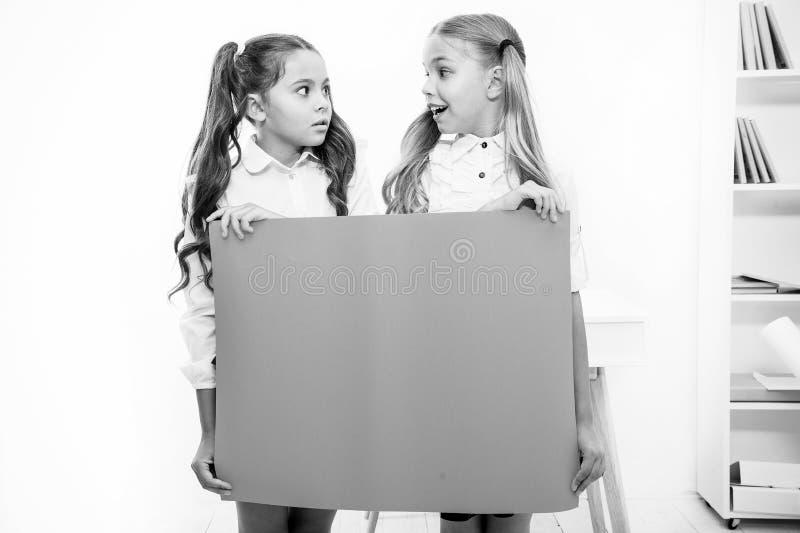Концепция объявления школы весточка удивительно Знамя объявления владением девушек Дети девушек держа бумажное знамя для стоковые изображения
