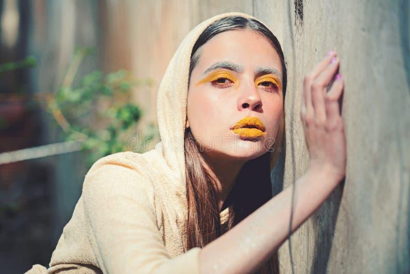 Косметики для выражения лица и skincare, парикмахера Косметики и желтая концепция макияжа стоковые фото