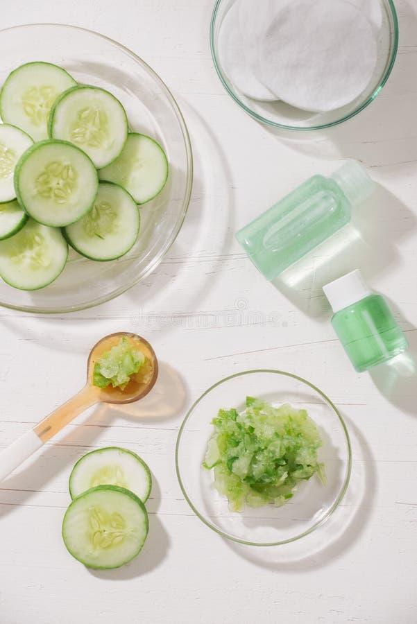 Косметическая бутылка и свежий органический огурец для skincare спа дома фокуса принципиальной схемы селективная стоковое изображение