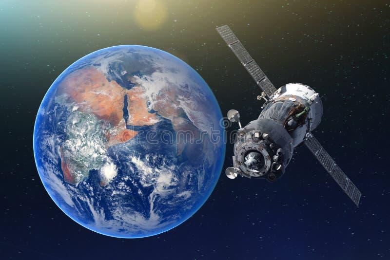 Космический корабль с человеком на борту двигая по орбите земля Элементы этого изображения поставленные NASA стоковая фотография