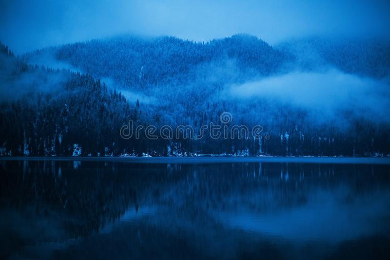 Коттедж зимы на озере Ritsa в горах абхазии стоковые изображения rf