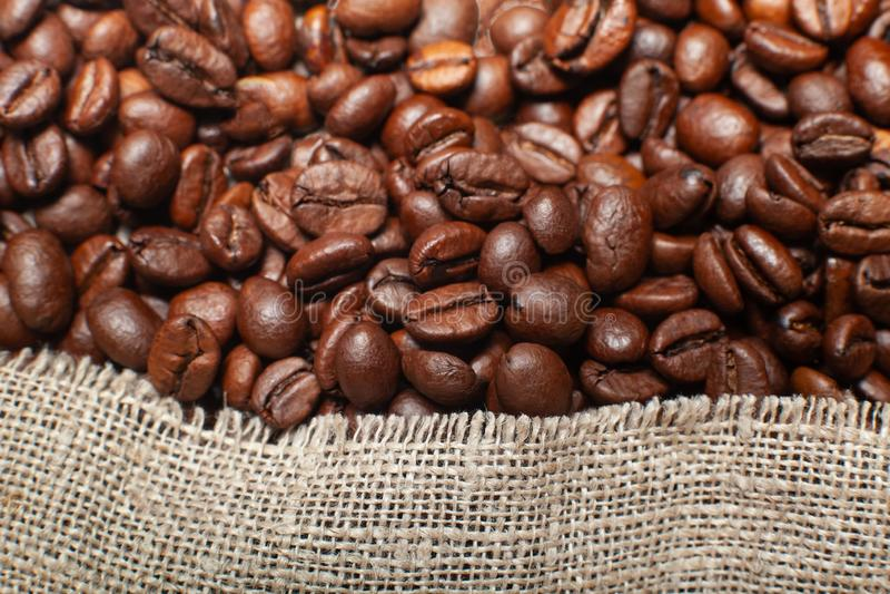 Кофейные зерна и сумка джута стоковое фото rf