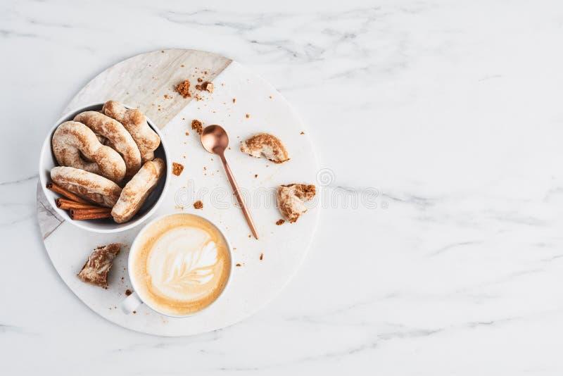 Кофе или капучино с искусством latte и печеньями пряника зажаренное яичко чашки принципиальной схемы кофе завтрака стоковая фотография