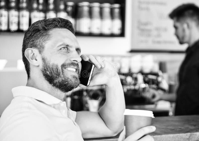 Кофе принимает отсутствующий вариант для занятых людей Предпосылка barista кафа разговора человека мобильная Кофе напитка пока жд стоковое изображение rf