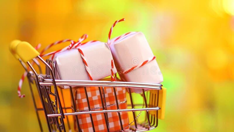 Корзина вполне подарков на предпосылке bokeh цвета Подарки Валентайн С Рождеством Христовым и с новым годом Продажа праздников и стоковые изображения rf