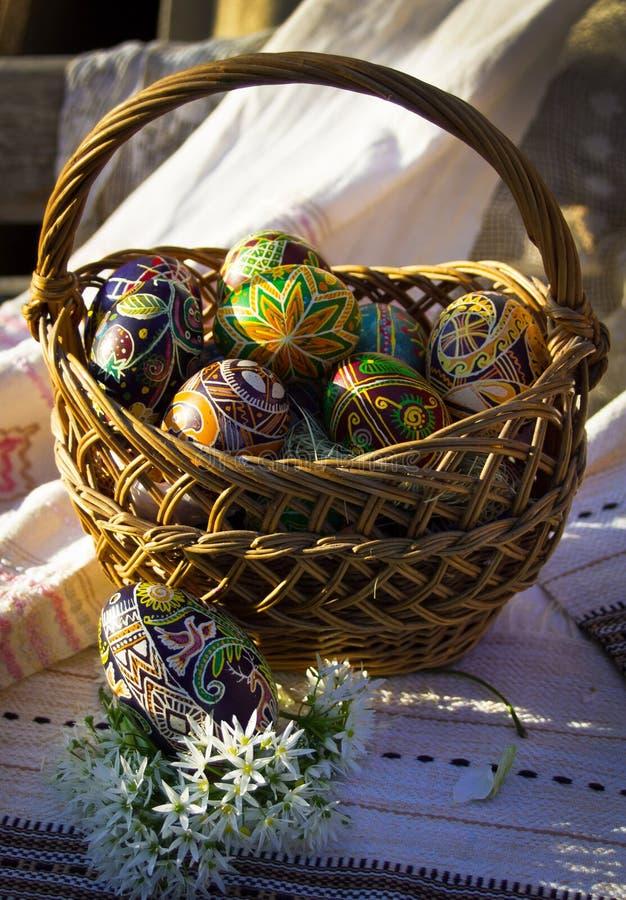 Корзина пасхи вполне красочных покрашенных яя стоковое фото rf