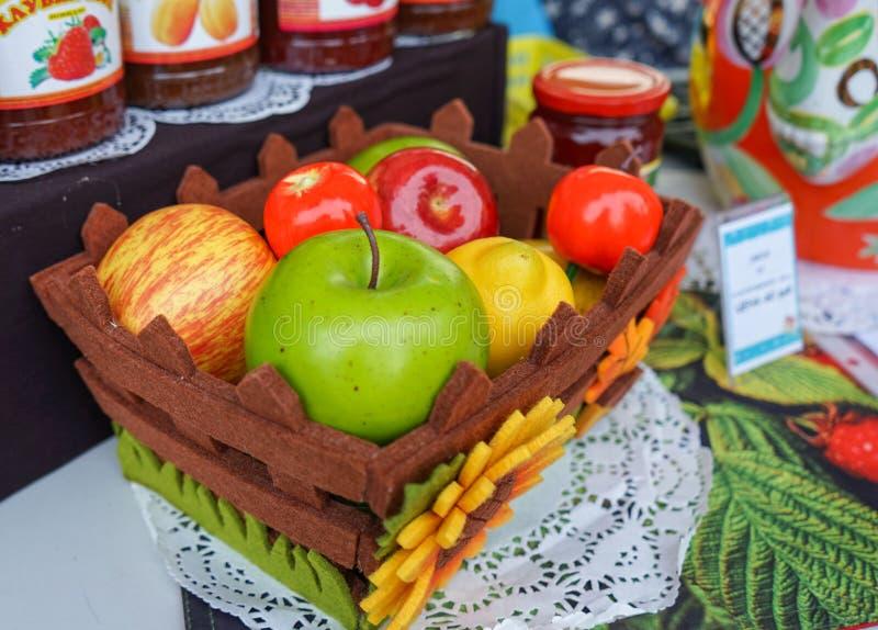 Корзина с различными плодами в магазине улицы варенья, компотов и варениь стоковое фото