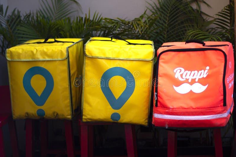 Коробки Glovo и Rappi, обслуживание доставки еды стоковые изображения