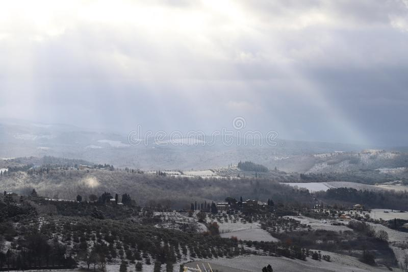 Ландшафт в тосканских холмах после снежностей зимы, Италия Chianti стоковые фотографии rf
