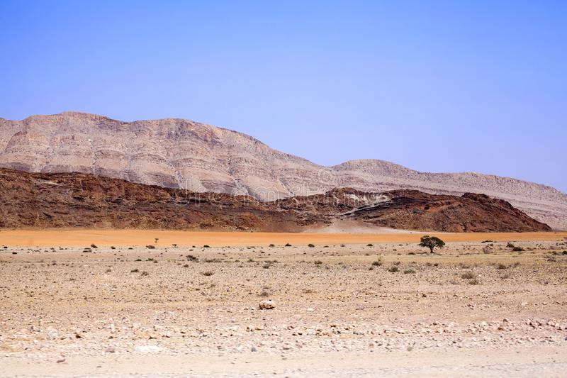 Ландшафт горы в национальном парке Naukluft в пустыне Namib на пути к дюнам Sossusvlei, Намибии, Южная Африка стоковое изображение rf