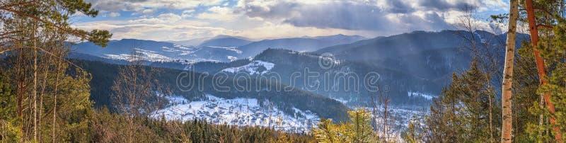 Ландшафт зимы, панорама, знамя - взгляд сверху снежной долины в горах Карпат стоковое фото rf