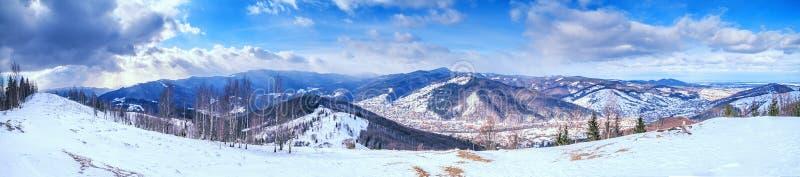 Ландшафт зимы, панорама, знамя - взгляд сверху снежной долины горы стоковая фотография