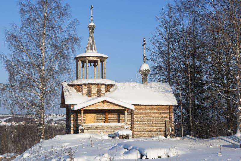 Ландшафт зимы с часовней Spassky в деревне Rogachikha, районе Verkhovazhsky, регионе Vologda стоковое фото