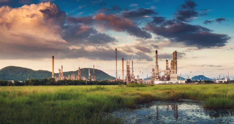 Ландшафт промышленного предприятия рафинадного завода нефти и газ , Петрохимические или химические здания процесса перегонки , Фа стоковые фото