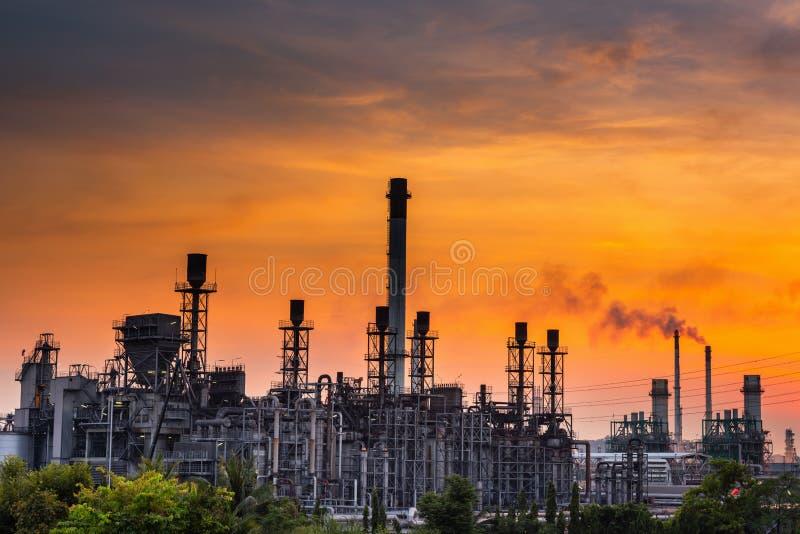 Ландшафт промышленного предприятия рафинадного завода нефти и газ , Петрохимические или химические здания процесса перегонки , Фа стоковое изображение rf