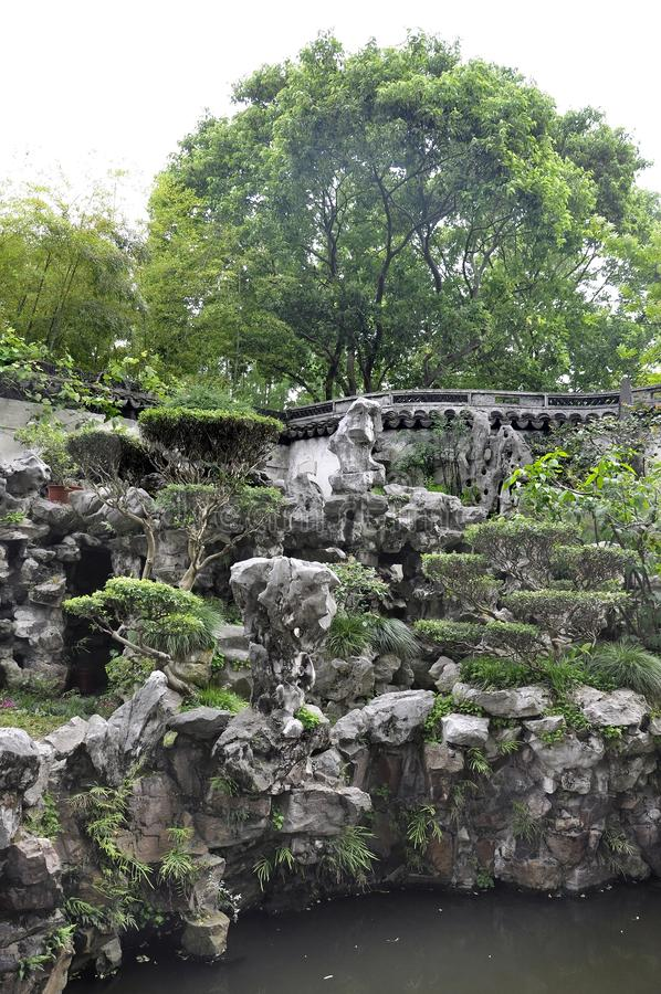 Ландшафт с дизайном Rockery в известном саде Yu в центре города Шанхая стоковая фотография