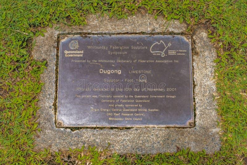 Латунная металлическая пластинка определяя твердую мраморную скульптуру Dugong, руку высекаенную детенышами ноги стоковое фото rf