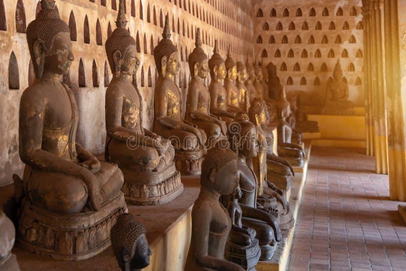 Лаос, старое изображение Будды в месте Wat Sisaket популярном, который нужно посетить в городе Вьентьян и ориентире, старой стату стоковое фото