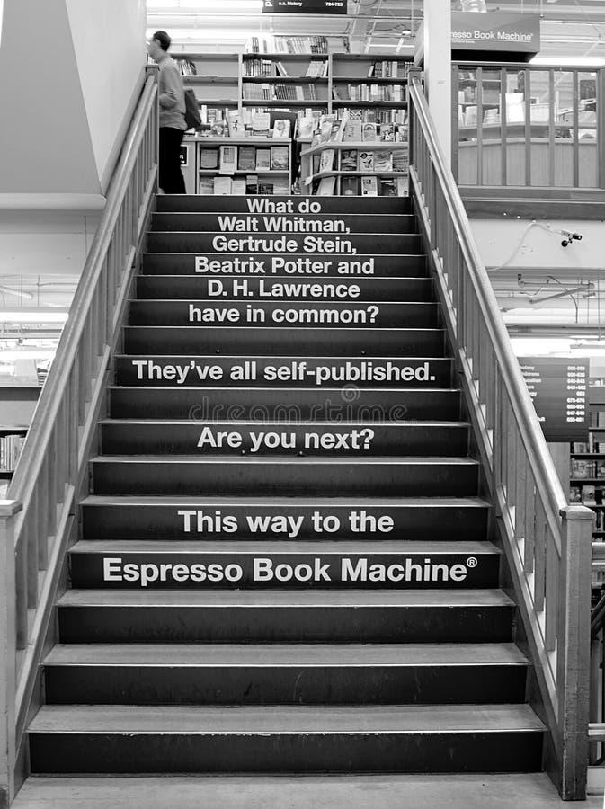 Лестница в городе книг, известном bookstore Пауэлл Оregon стоковые изображения rf