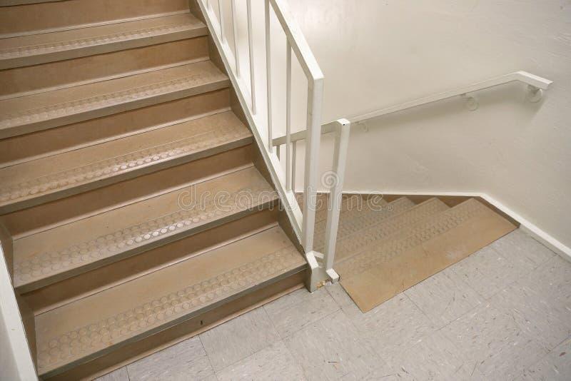 Лестничный колодец пожарной лестницы используемый безопасно для того чтобы эвакуировать людей стоковая фотография rf
