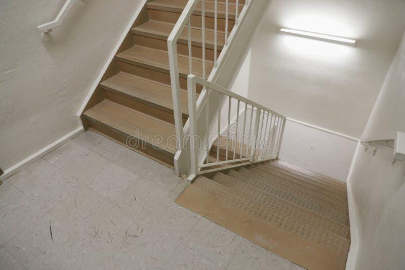 Лестничный колодец пожарной лестницы используемый безопасно для того чтобы эвакуировать людей стоковые фото