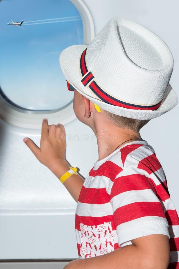 Летание мальчика в самолете Незабываемые праздники стоковая фотография rf