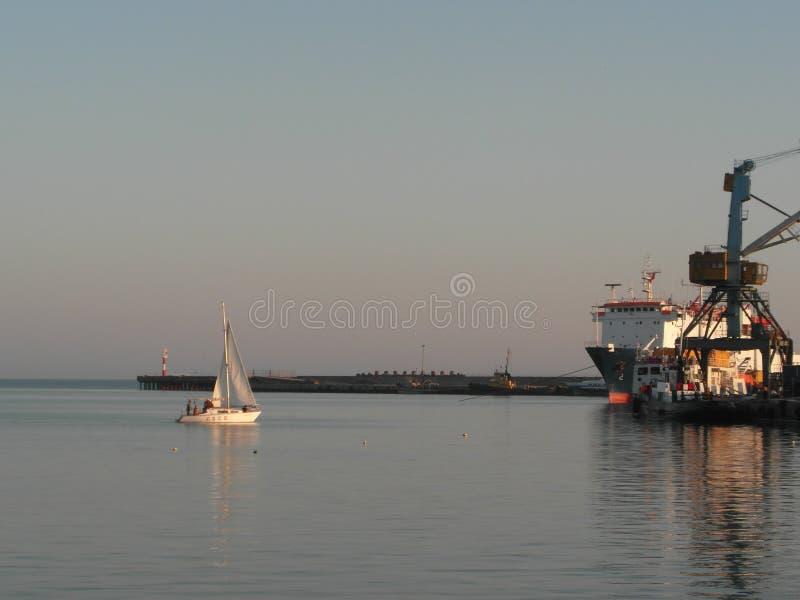 Яхта скользит по морской глади. The boat glides through the sea surface. royalty free stock image