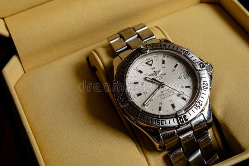 Линкольн, Великобритания - 08/14/2018: Новичок Chronometre Breitling в своей коробке стоковые фотографии rf