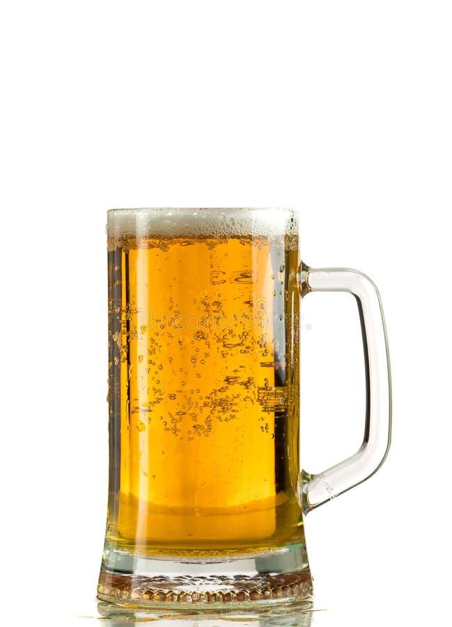 Лить светлое пиво в кружке пива, оно поворачивает вне пену и брызги стоковое изображение rf