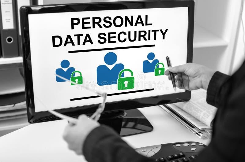 Личная концепция безопасности данных на мониторе компьютера стоковые фото