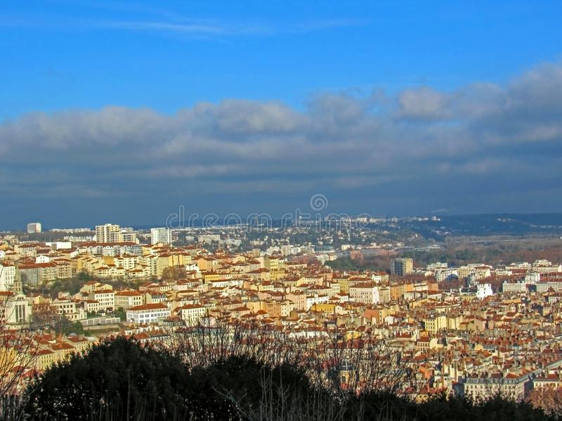 Лион, Франция: Вид с воздуха панорамы города широкой с ориентирами окруженными красными крышами и каминами стоковое изображение