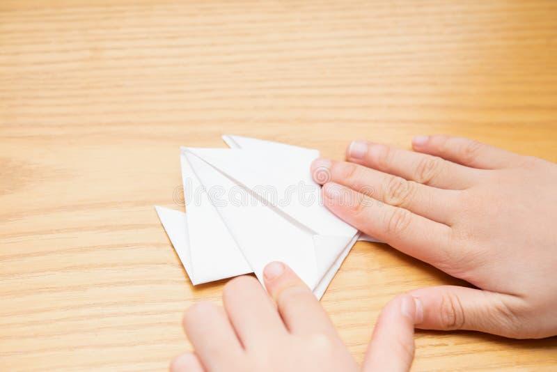 Лягушка origami складчатости ребенк белой бумагой стоковые изображения