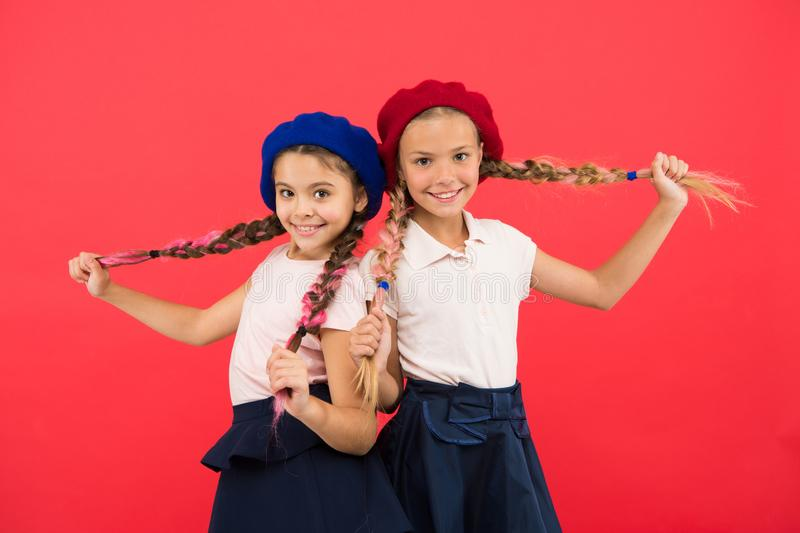 Любить их новый стиль Небольшие дети с длинными косичками волос Французские девушки стиля Милые девушки имея такой же стиль приче стоковая фотография rf