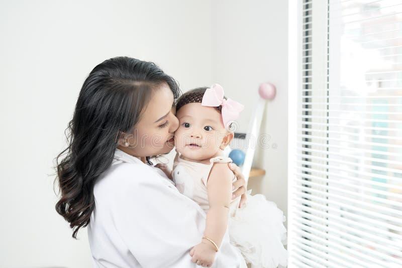 любить семьи счастливый будьте матерью играть с ее младенцем в спальне стоковое фото rf