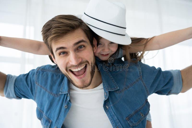 любить семьи счастливый Будьте отцом и его девушка ребенка дочери играя совместно Концепция дня ` s отца стоковые фото